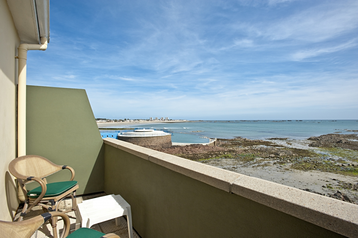 Double or twin bedrooms with sea view & balcony also available